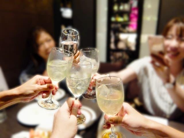 失恋後に新しい出会いを見つける方法 その2.飲み会や合コンに参加する