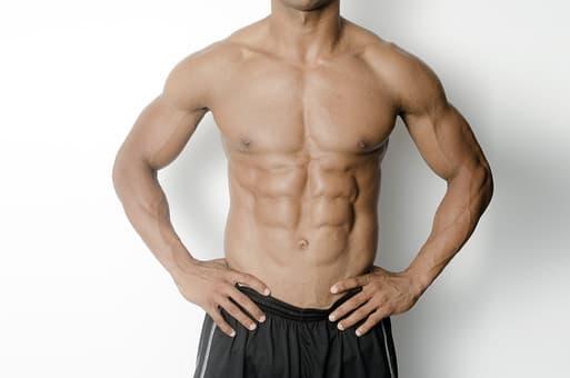 屈強で筋肉質