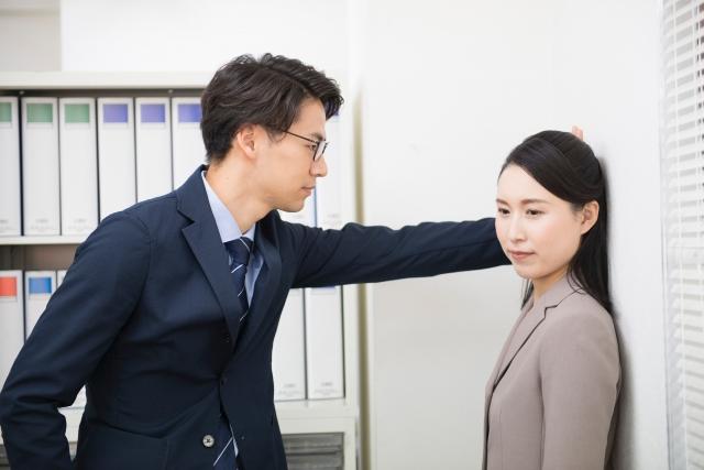 周囲を気にしながら恋愛関係を続ける同僚の男女