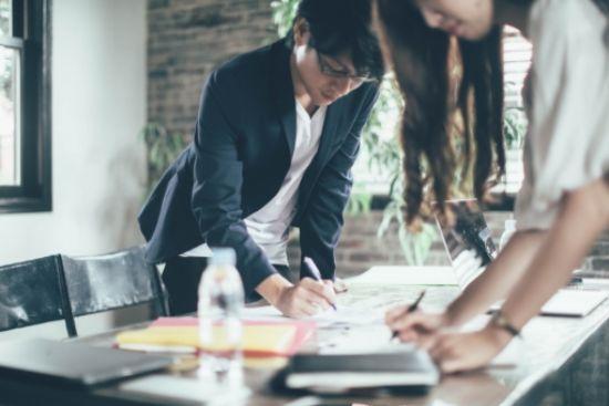 オフィスで男女2人で作業する